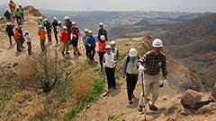 入山規制の昭和新山で登山会 北海道・壮瞥 地球の鼓動体感