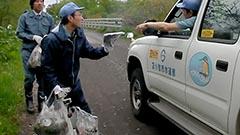 水道水守れ 苫小牧市職員ら 取水河川周辺でごみ拾い