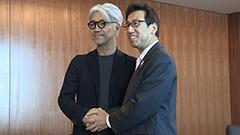 坂本さん「またお役に立てれば」 札幌市長を訪問、今後の芸術祭に期待感
