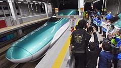H5系とE5系 新青森駅で初めて並ぶ 北海道新幹線走行試験