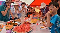 スイカやメロン食べ放題に列 赤井川 夏祭り華やぐ