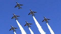 曲技飛行に驚き 札幌丘珠駐屯地で航空ショー