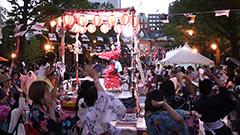 大友良英さん新作「さっぽろ八月祭音頭」 大風呂敷の上で披露