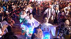 巨大やぐらに踊りの輪 三笠「北海盆おどり」 電飾化粧まわし姿も